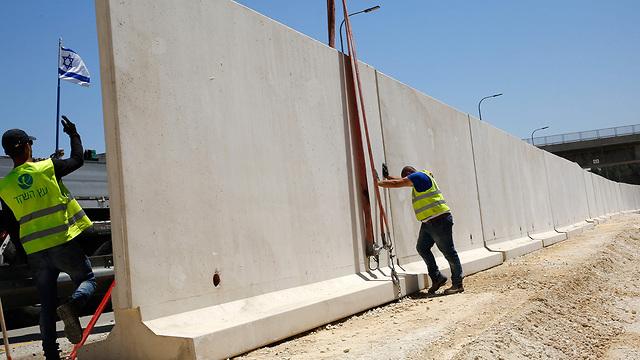 קיר מגן ב שדרות נגד טילים מ רצועת עזה (צילום: AFP)