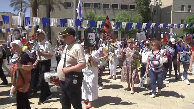 צעדת הווטרנים המסורתית לציון יום הניצחון על גרמניה הנאצית (צילום: אלי מנדלבאום)