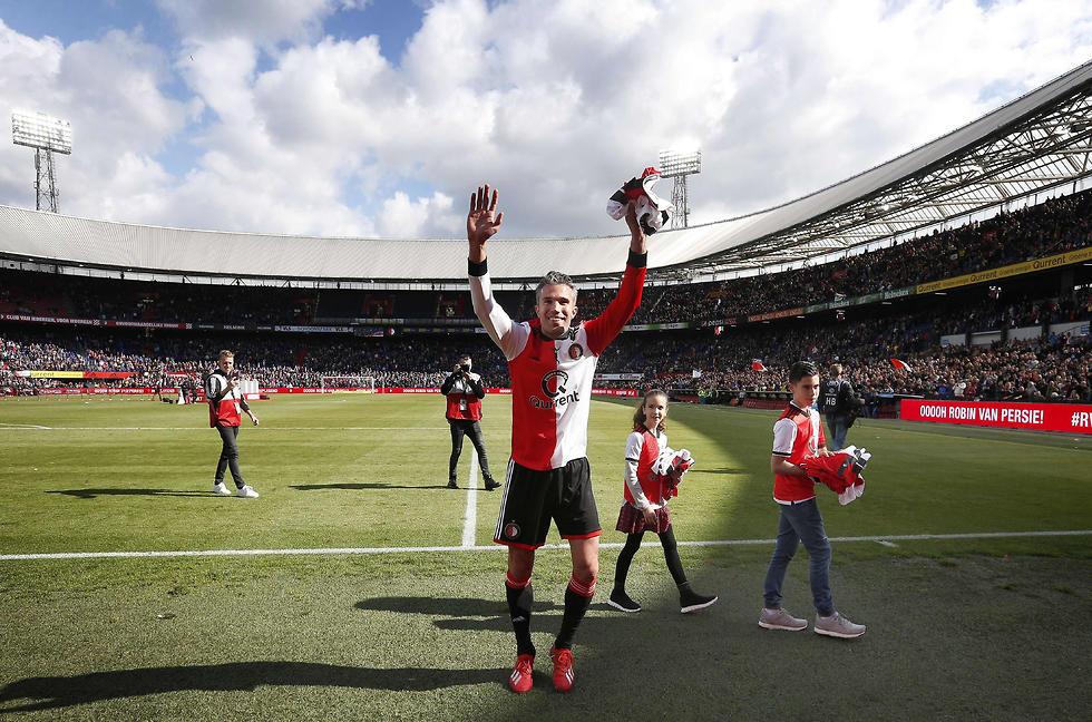ואן פרסי במשחק הפרידה שלו (צילום: AFP)
