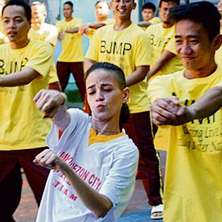 רוקדת בכלא. 'טיול אחרי צבא - פיליפינים'