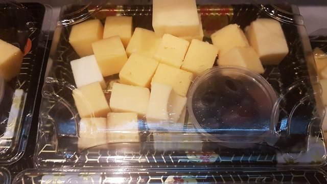 Кубики сыра - за 35 шекелей. Фото: Ирис Лифшиц-Клигер
