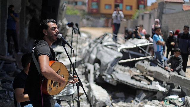 הופעה של להקת דוואווין בהריסות בית שהופצץ בעזה במחאה על האירוויזיון בישראל (צילום: רויטרס)