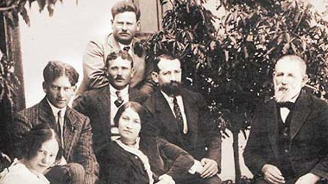 משפחת אהרונסון. מימין לשמאל: אפרים-פישל, אברהם חיים, שרה, אהרן (עומד), שמואל, אלכסנדר ורבקה (צילום: מתוך האינציקלופדיה של ynet )