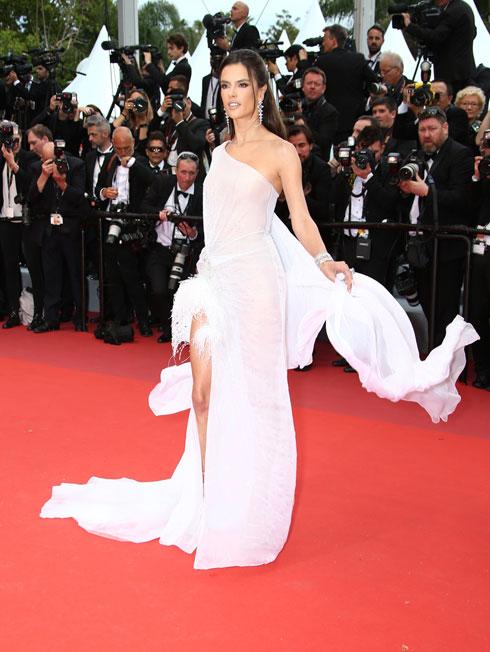 אלסנדרה אמברוסיו לובשת ראלף & רוסו (צילום: AP)
