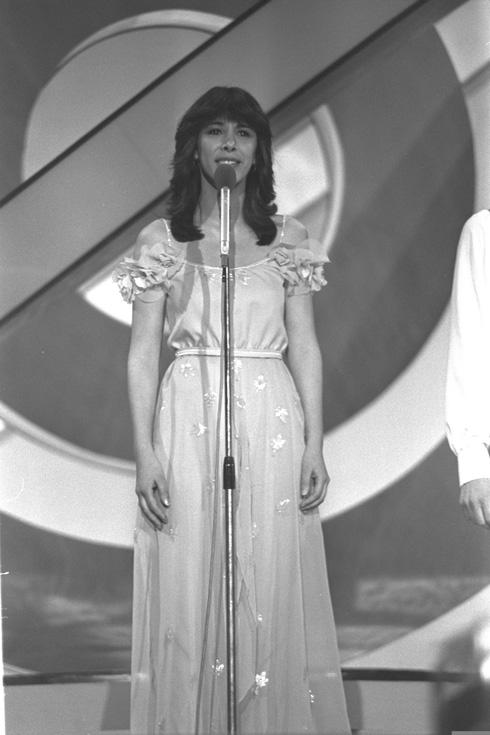 """1979. גלי עטרי בשמלה בעיצובה של דורין פרנקפורט (צילום: משה מילנר, לע""""מ)"""