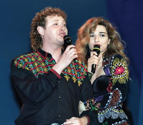 1991. אורננה ומשה דץ בתלבושות שעיצב ירון מינקובסקי (צילום: AFP)