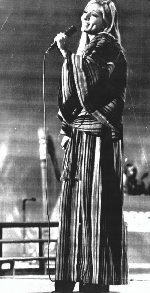 1973. אילנית בשמלה בעיצובו של רוז'י בן יוסף (צילום: AP)
