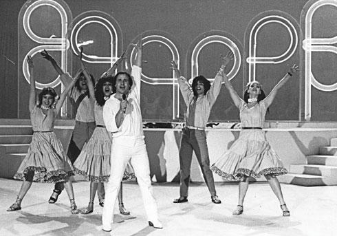 1982. אבי טולדנו בבגדים בעיצובה של  דורין פרנקפורט (צילום: מיכאל מרגוליס)