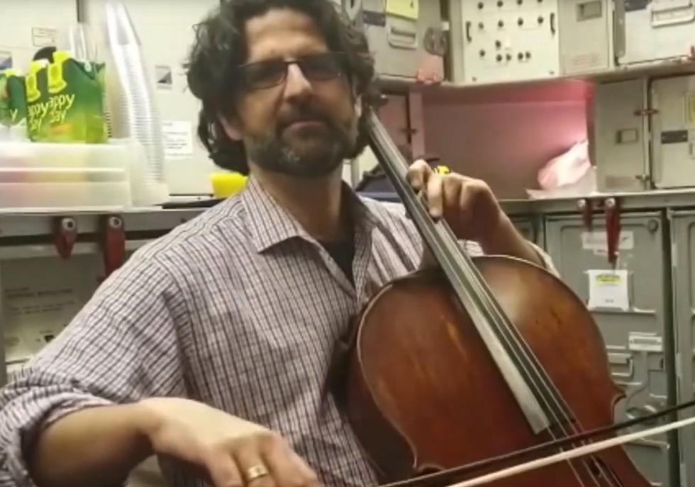 הצ'לן הישראלי ניגן שיר ערש בשחקים ()
