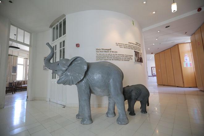 בית העיר התחפש לגן חיות באמצעות פסלים (צילום: בן קאופמן)