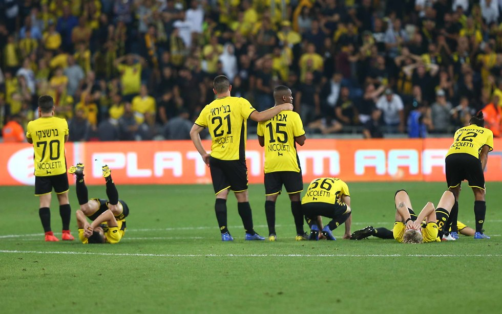שחקני מכבי נתניה שבורים בסיום (צילום: ראובן שוורץ)