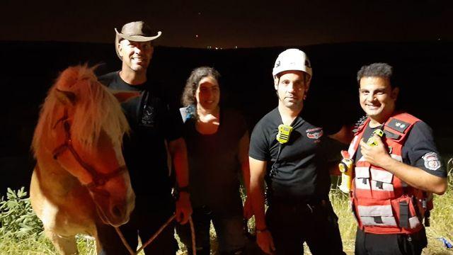 הסוס והכבאים לאחר החילוץ (צילום: דוברות כבאות והצלה לישראל מחוז מרכז)