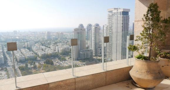 נוף מבפנים במגדל לאונרדו סיטי טאוור. סוף־סוף נמצא קונה (צילום: דור מנואל)
