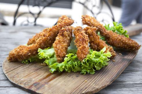 ההגשה לא חייבת לכלול חסה ומיונז, שיפודוני עוף בביסלי (צילום: Shutterstock)