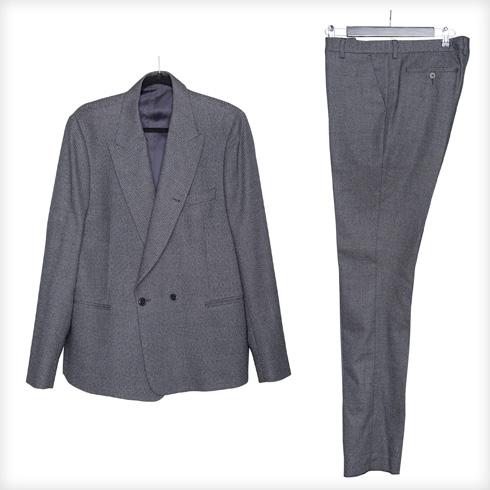 """חליפה גברית, פול סמית. """"אני מאוד אוהבת חליפות גברים, גזרות שרחוקות מהגוף וכתפיים מודגשות. ספציפית עכשיו, זה גם מאוד טרנדי"""" (צילום: ענבל מרמרי)"""