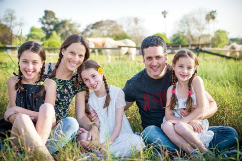 טל וטלי סונדק עם הבנות שלהם: רוני, לירי ושירה. האהבה למוזיקה נוכחת בשמות (צילום: נועה לוצקי ברות)