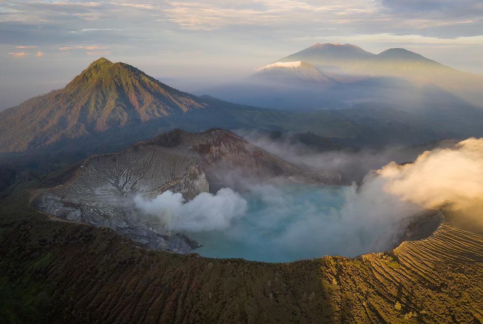 אור זריחה יפהפה על 5 הרי געש. בתחתית התמונה קאווה איג'ן. משמאלו ההר ראנטי. מצד ימין למעלה (משמאל לימין): ההרים פנדיל, ראונג, סוקט. צולם מרחפן (צילום: ארז מרום)