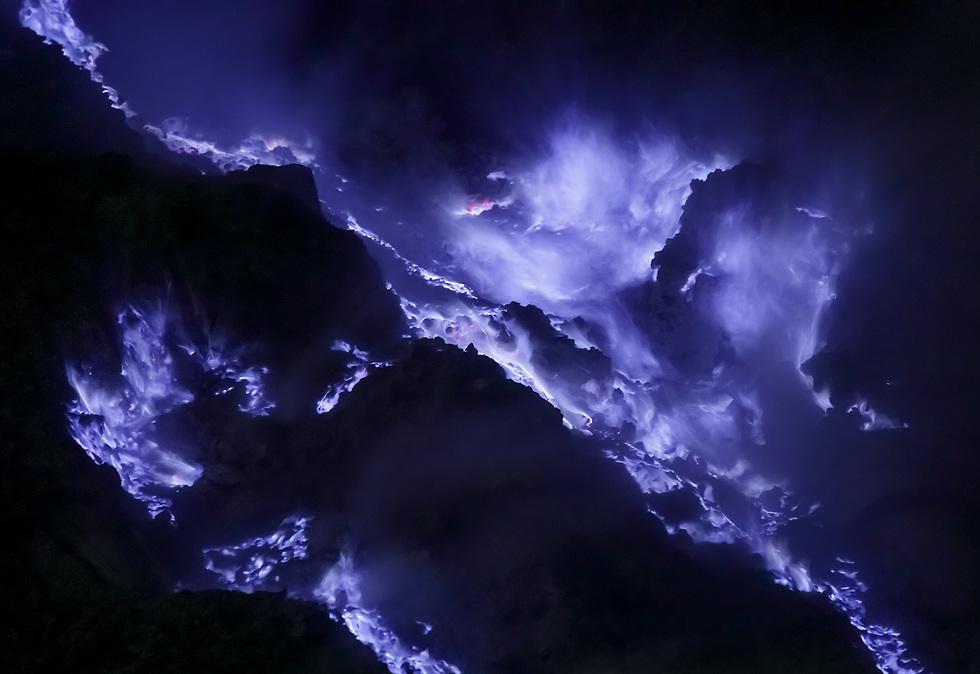 אש סגולה במכתש איג'ן (צילום: ארז מרום)