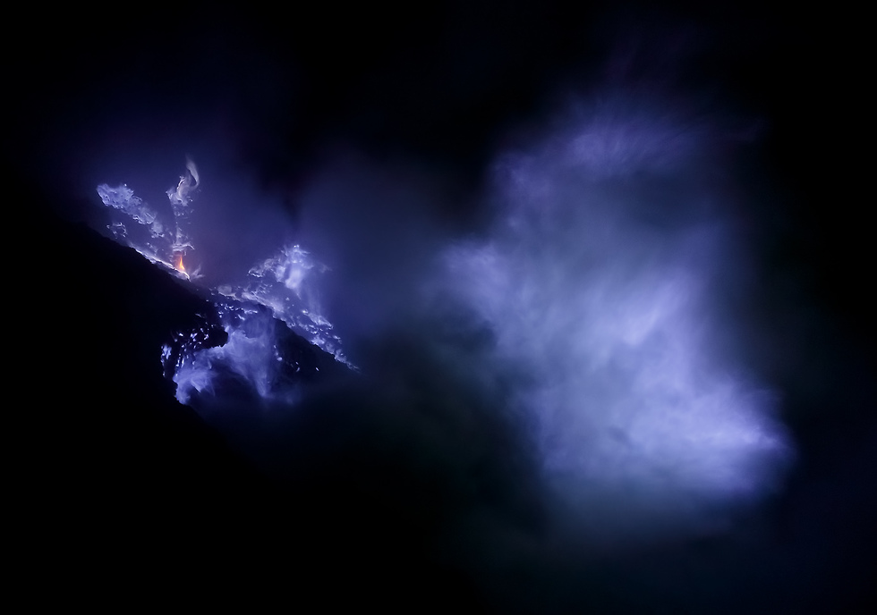ענן סמיך של גזים גופריתיים מכסה חלק מהאש הסגולה (צילום: ארז מרום)