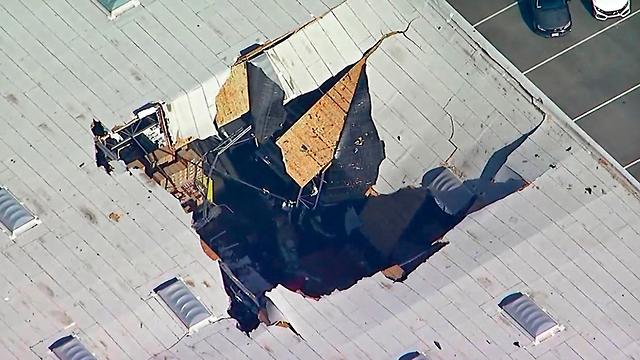 מטוס F-16 התרסק לתוך מבנה ב קליפורניה ארצות הברית ארה