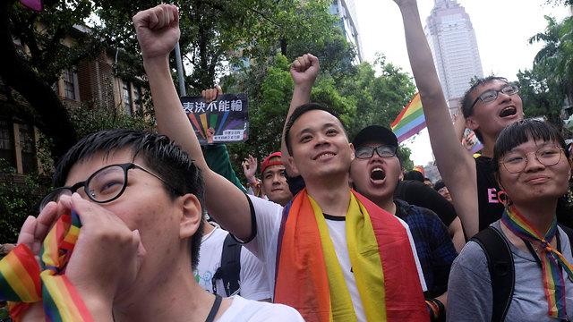 שמחה ברחובות טייוואן בעקבות אישור נישואים חד מיניים (צילום: רויטרס)