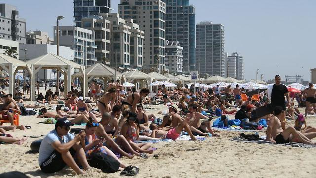 Tel Aviv beach amid heatwave (Photo: Yair Sagi)