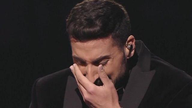 קובי מרימי בוכה בסיום הביצוע ( באדיבות כאן תאגיד השידור הישראלי)