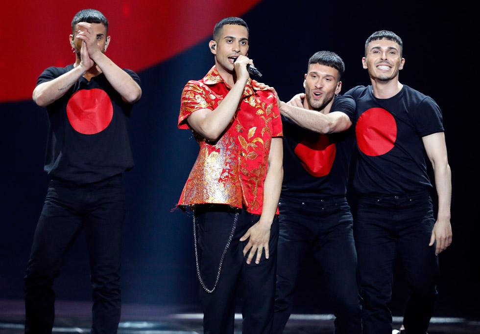 הזמר האיטלקי מחמוד, שהגיע למקום השני, לבש לאורך כל הדרך בגדים בעיצוב בית האופנה מייזון מרג'יאלה, ונראה פשוט נפלא. לפעמים כל מה שצריך זה לבחור בגד מנצח מהמסלול  (צילום: AP)