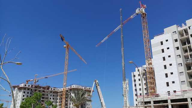 קריסה מנוף אתר בנייה יבנה (צילום: שחר אולמר )