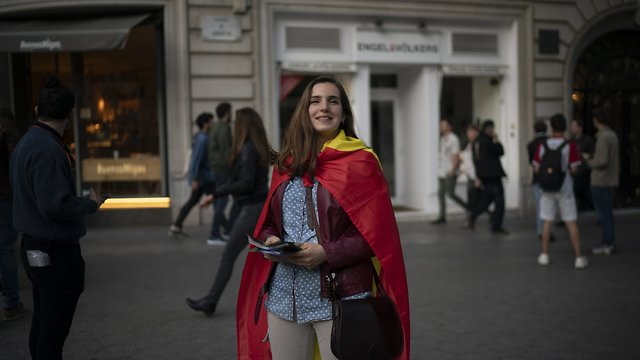 Far-right activist gives out flyers in Barcelona, 2019 (Photo: AP)