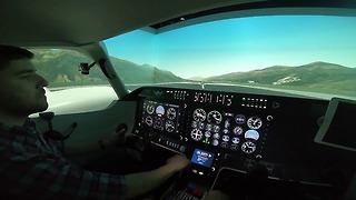 דניאל סלאמה בסימולטור טיסה בהרצליה (צילום: מאיר ביבי)