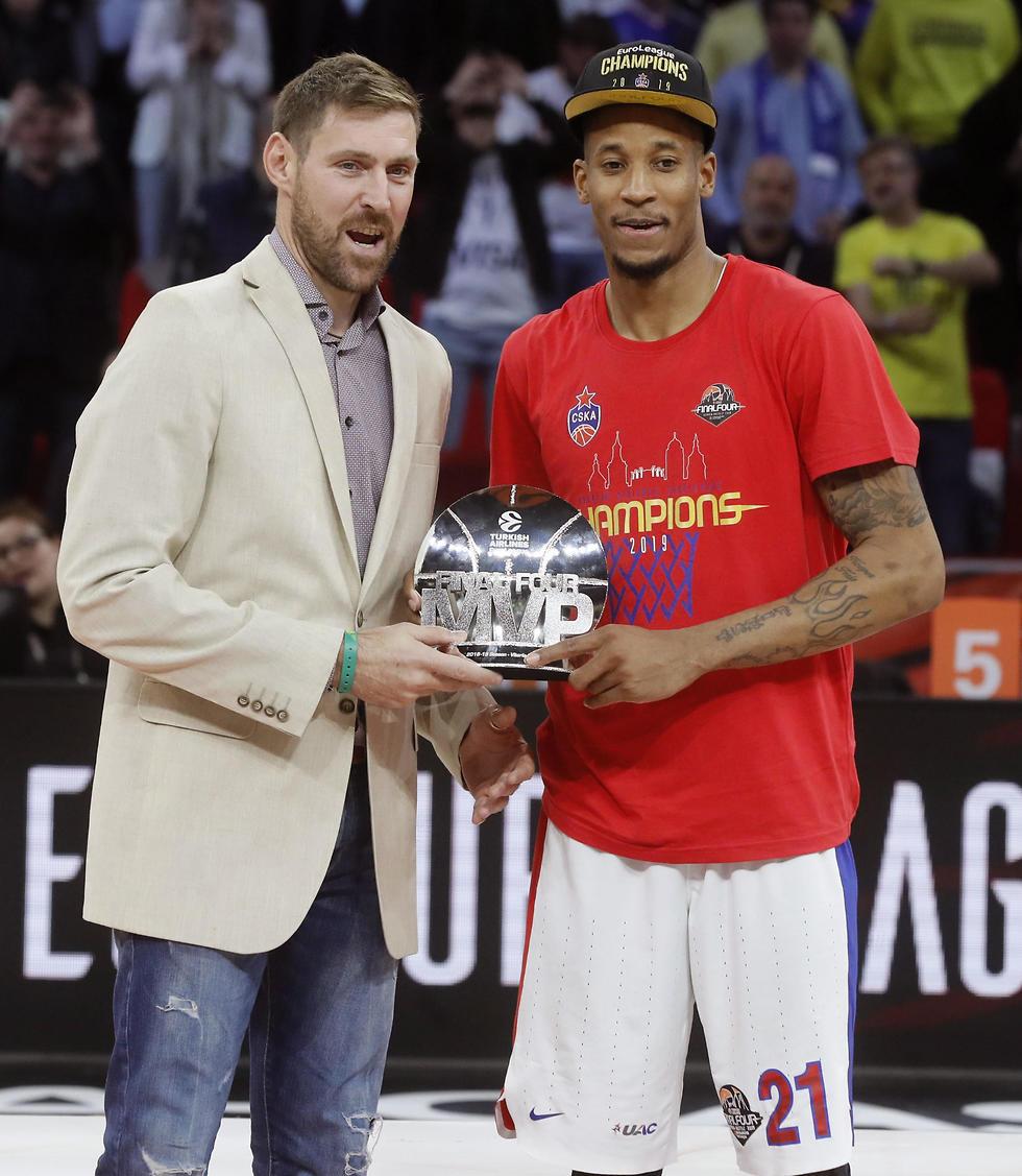 וויל קלייבורן מקבל את תואר ה-MVP (צילום: AFP)