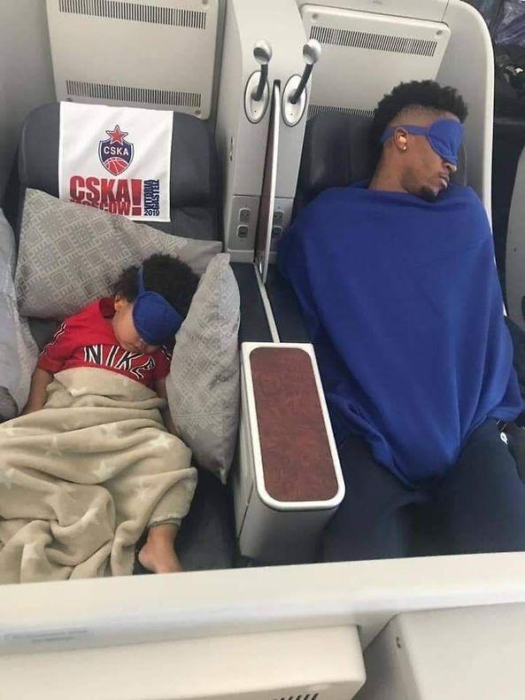 קלייבורן עם אחד מילדיו במטוס בדרך לוויטוריה (צילום: וויל קלייבורן אינסטגרם)