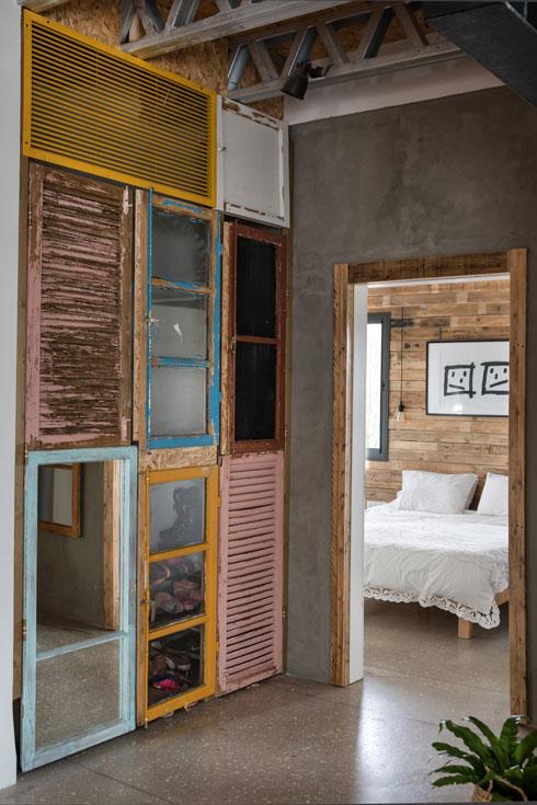 ארון קיר שדלתותיו משלבות תריסים, חלונות ומראות (צילום: שירן כרמל)