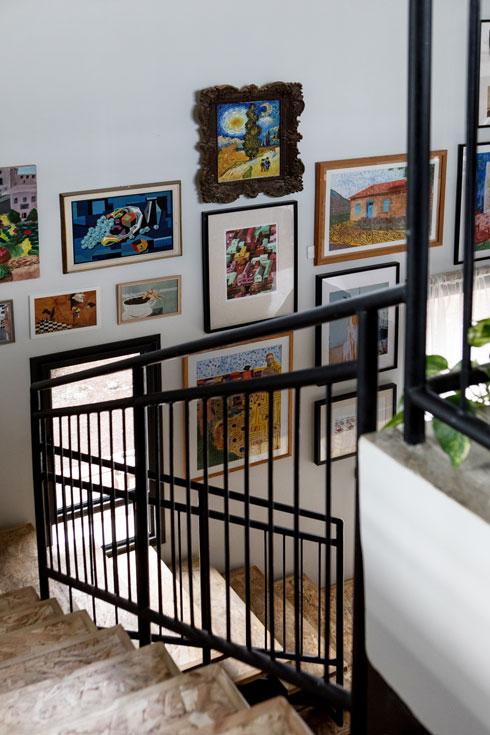על הקיר, בעיקר, ציורים של בני משפחה וחברים (צילום: שירן כרמל)