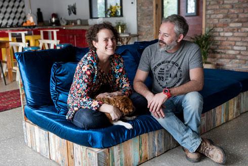 עופר וענת באבד על ספה תוצרת בית (צילום: שירן כרמל)