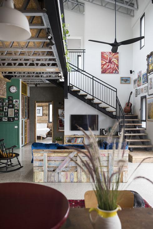 גם את מדרכי המדרגות, חיפויי הקיר והמשקופים עשה עופר בעצמו, בסדנה הצמודה לבית (צילום: שירן כרמל)
