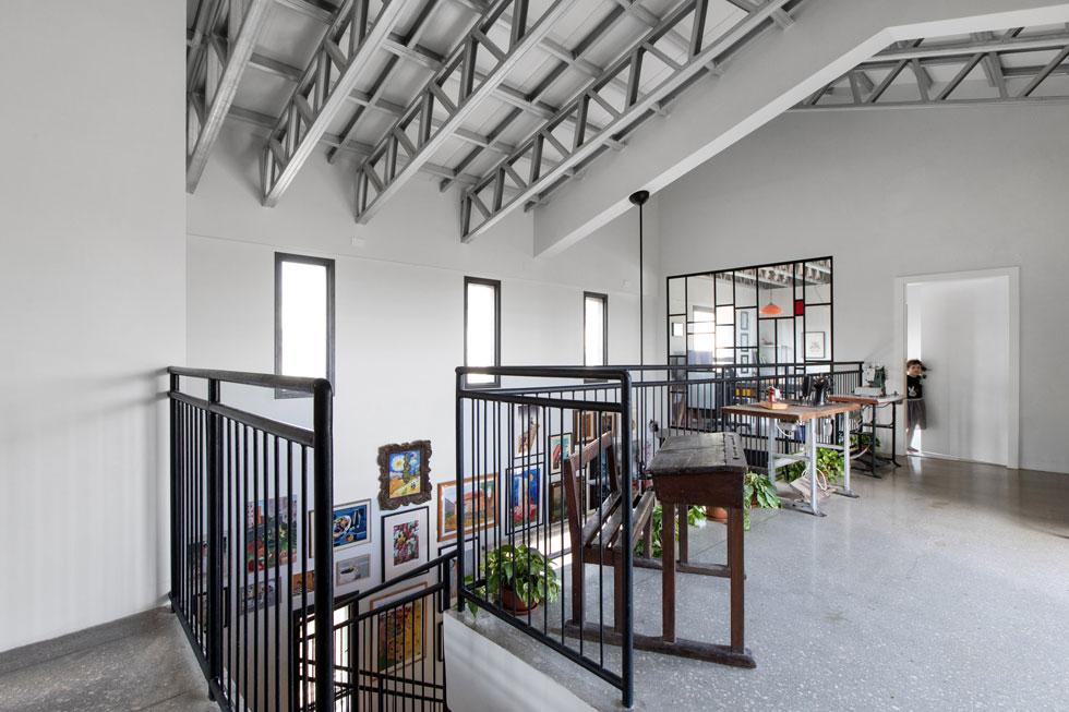 בקומה העליונה גשר שמשקיף אל הסלון. בקצהו האחד שני חדרי שינה, שמשמשים היום למשחק ולאירוח, ובקצה השני המשרד הביתי (צילום: שירן כרמל)