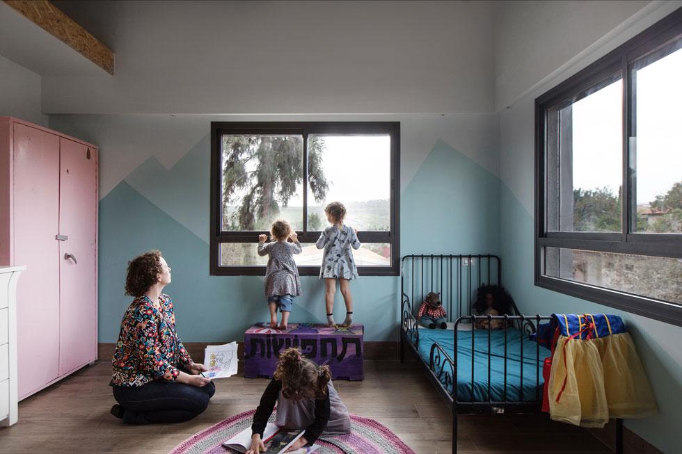 ''אנחנו משתדלים לא להעסיק את הילדות, כדי שיהיו עצמאיות וילמדו בעצמן, והבית הזה מאפשר את דרך החיים הזו. אנחנו חמישה אנשים שנמצאים יחד 24/7, וצריכים גם ללמוד ולעבוד''. בבית יש טלוויזיה, ומסכים הם לא דבר מוקצה (צילום: שירן כרמל)