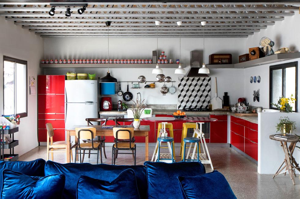 המטבח האדום הבוהק הוא החלק היחיד בבית שנשאר כפי שנבנה בשיפוץ הקודם (צילום: שירן כרמל)