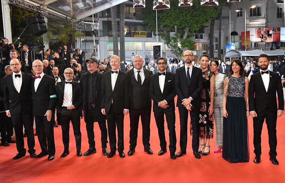 הבמאי אסיף קפדיה וצוות הסרט על השטיח האדום בפסטיבל קאן (צילום: AFP)