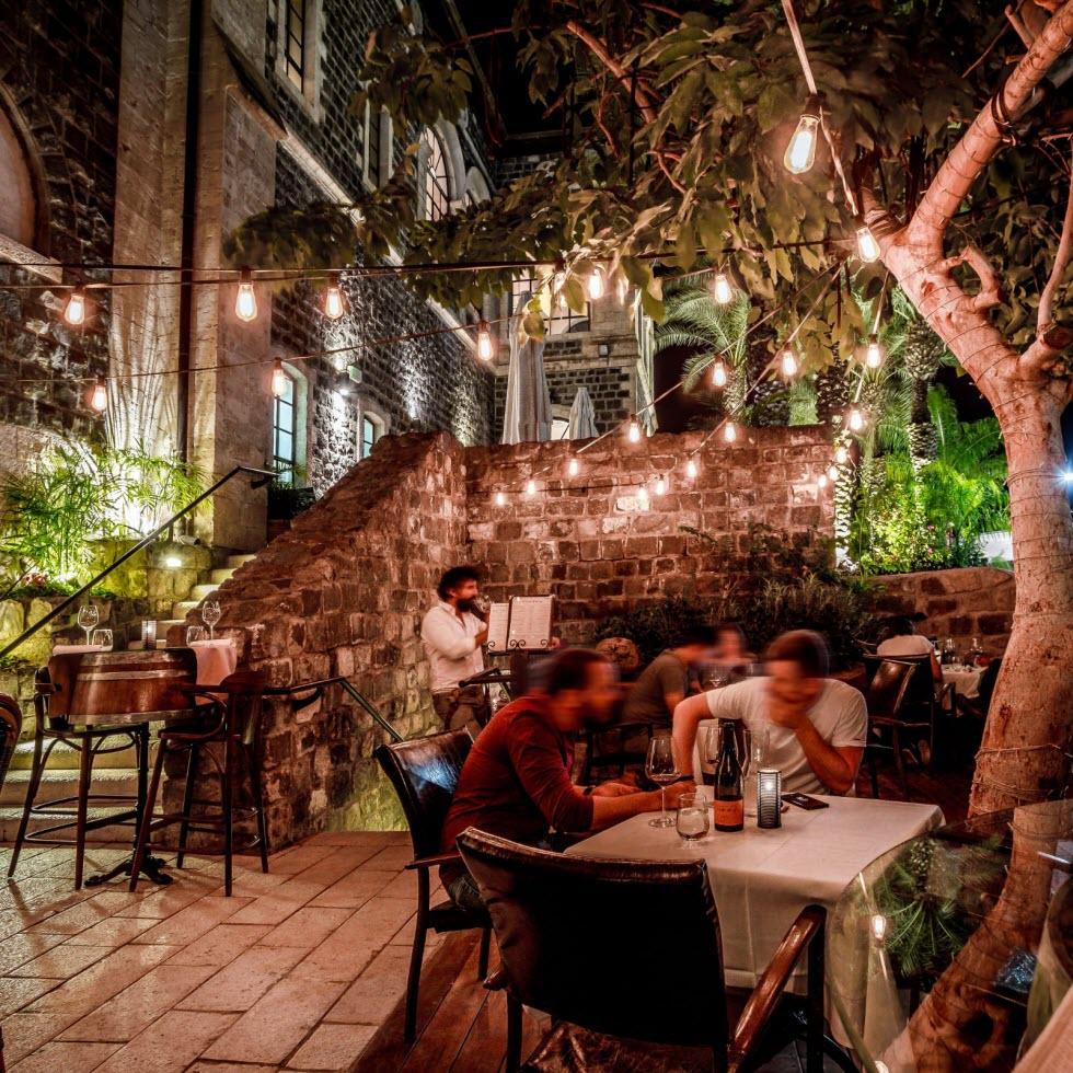 הפנימי יש תקרות מקושתות ורק 20 מקומות ישיבה.. St. Urban Wine Bar (צילום: ליאל אליוט)