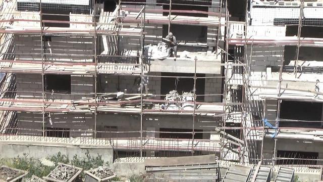 הנפת גלילי בטון באתר בנייה ברח' הירקון בתל אביב (צילום: בילי פרנקל )
