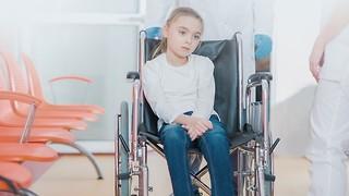 ילדה נכה אילוסטרציה כיסא גלגלים (צילום: shutterstock)
