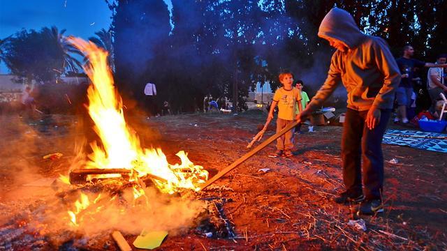 Children light bonfire on Lag B'Omer (Photo: Shutterstock)