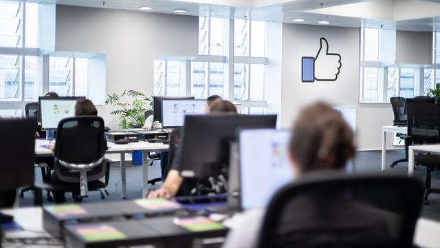 הצצה למרכז בודקי התוכן של פייסבוק בברלין (צילום: פייסבוק)
