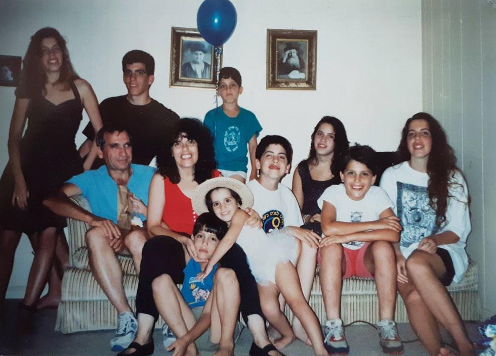 """מיריק שניר ומשפחתה. """"במהלך השנים אני נוכחת שוב ושוב, עד כמה השם של כל אחת ואחד מילדינו הולם אותם ואף מעצב אותם כבני אנוש ייחודיים"""" (צילום: אלבום פרטי)"""