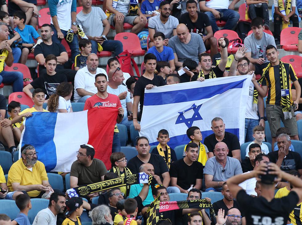 דגל צרפת ודגל ישראל ביציע בטדי (צילום: אורן אהרוני)