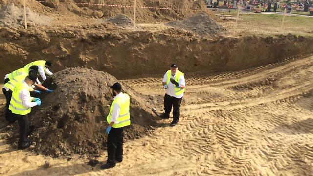 משלחת מתנדבי זקא מצאו בקבר אחים מאות שלדים של גברים נשים וילדים יהודים אשר נורו בראשם על ידי הנאצים (צילום: ישראל זילברברג, זק