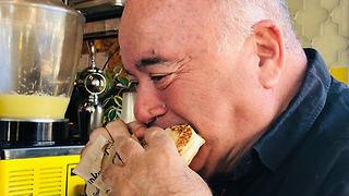 דוקטור שקשוקה אוכל קבב (צילום: תיקי גולן)